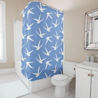 鳥青および白いつばめパターンのようなはえ シャワーカーテン