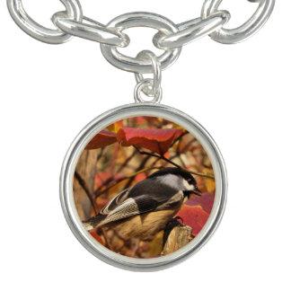 《鳥》アメリカゴガラの鳥が付いている自然の秋の群葉 チャームブレスレット