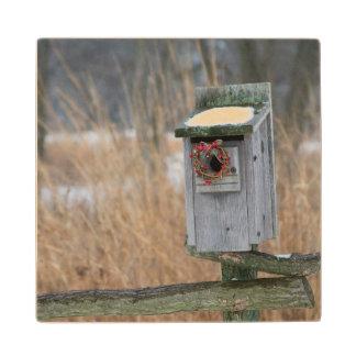 鳥、冬の休日のリースが付いている巣箱 ウッドコースター