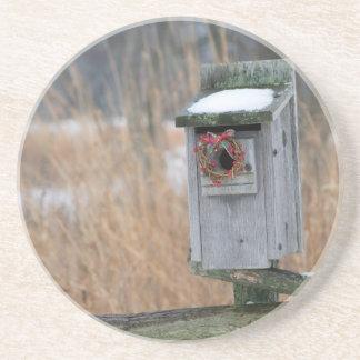 鳥、冬の休日のリースが付いている巣箱 コースター