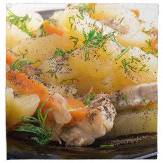 鶏およびスパイスが付いているとろ火で煮られたポテトの皿 ナプキンクロス