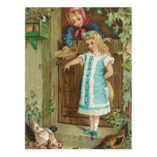 鶏を食べ物を与えている母を持つヴィンテージの女の子 ポストカード