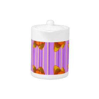 黄橙色のラッパスイセンの薄紫の紫色パターン