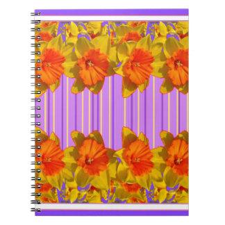 黄橙色のラッパスイセンの薄紫の紫色パターン ノートブック