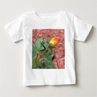 黄色いおよびオレンジのばら色の芽 ベビーTシャツ