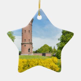 黄色いほうきが付いているオランダの石造りの給水塔は開花します セラミックオーナメント