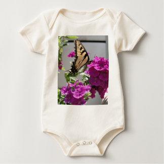 黄色いアゲハチョウの蝶及び紫色の花 ベビーボディスーツ