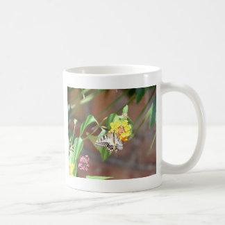 黄色いアゲハチョウの蝶 コーヒーマグカップ