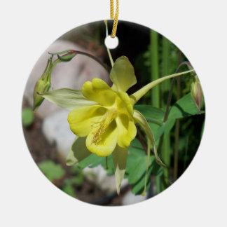 黄色いオダマキ(植物)のオーナメント セラミックオーナメント