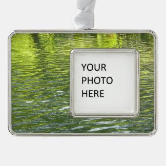 黄色いカシの入り江の水および緑の自然の写真 シルバープレートフレームオーナメント