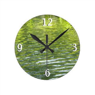 黄色いカシの入り江の水および緑の自然の写真 ラウンド壁時計