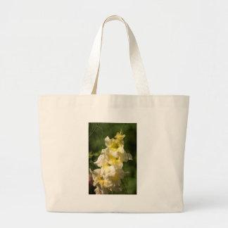 黄色いグラジオラスの花のスパイク ラージトートバッグ