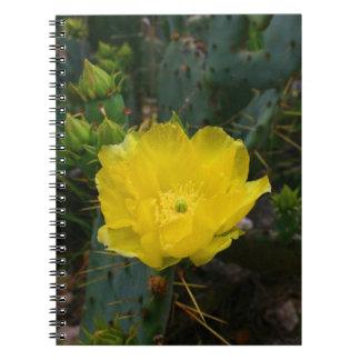 黄色いサボテンの開花のノート ノートブック