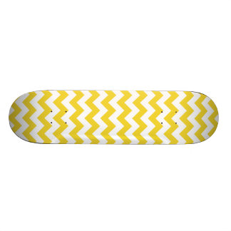 黄色いジグザグ形のストライプなシェブロンパターン スケートボード