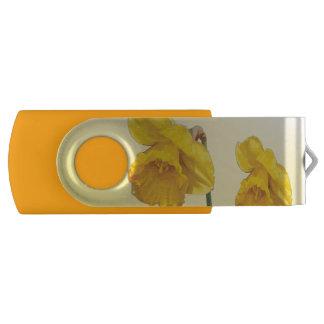 黄色いスイセンのラッパスイセンのレトロのヴィンテージの一見 USBフラッシュドライブ