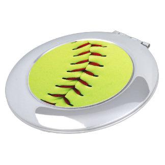 黄色いソフトボールの球