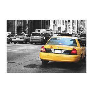 黄色いタクシー、NYCが付いているニューヨークの通り キャンバスプリント