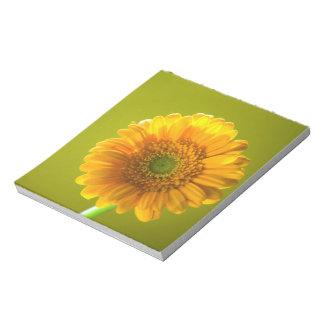 黄色いデイジーのガーベラの花 ノートパッド