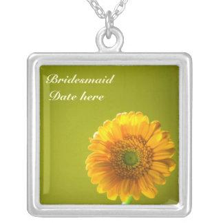 黄色いデイジーのGerbraの花の新婦付添人 シルバープレートネックレス