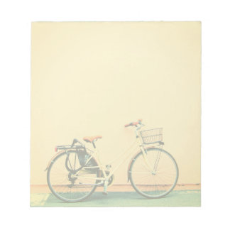 黄色いバイクのバスケットの自転車2の車輪 ノートパッド