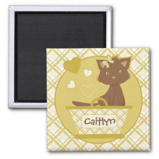 黄色いバスケットのかわいい茶色の女の子らしい子ネコ マグネット