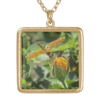 黄色いバラのつぼみのオレンジトンボ ゴールドプレートネックレス