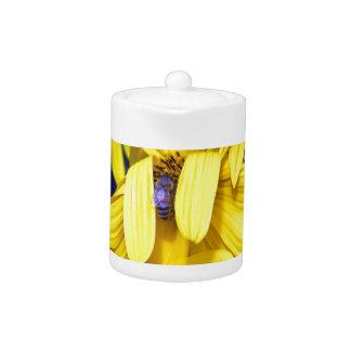 黄色いヒマワリ、青い蜂のティーポット