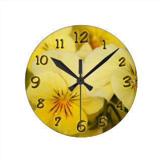 黄色いビオラ ラウンド壁時計