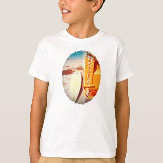 黄色いビーチをサーフする波のサーフボードの棒 Tシャツ