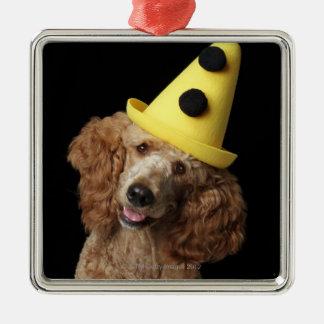 黄色いピエロの帽子を身に着けている金プードル犬 メタルオーナメント