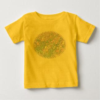 黄色いベビーのTシャツを引くチューリップ手 ベビーTシャツ