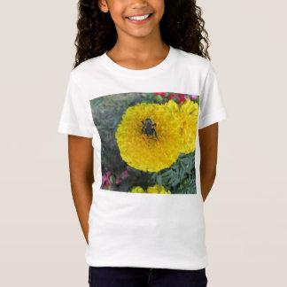 黄色いポンポンのマリーゴールドの花の蜂 Tシャツ