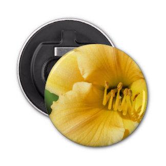 黄色いユリの磁石によって支持される栓抜き 栓抜き