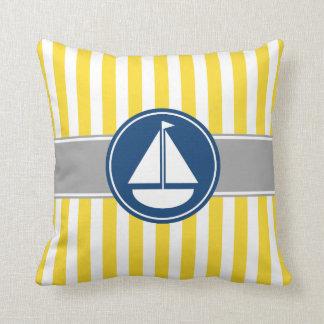 黄色いヨットは縞で飾ります クッション