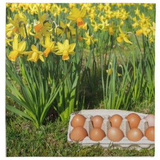 黄色いラッパスイセンを持つ草の箱の卵 ナプキンクロス