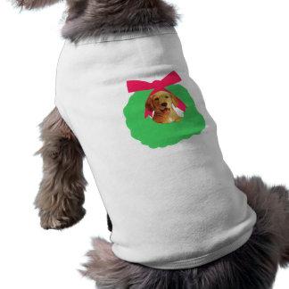 黄色いラブラドル・レトリーバー犬の休日のクリスマスのリース ペット服