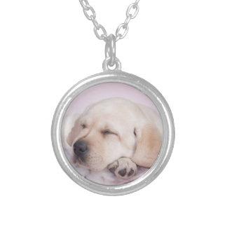 黄色いラブラドル・レトリーバー犬の子犬 シルバープレートネックレス