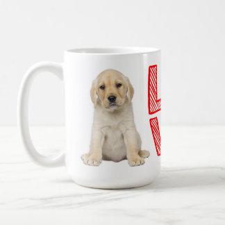 黄色いラブラドル・レトリーバー犬の小犬の赤愛 コーヒーマグカップ