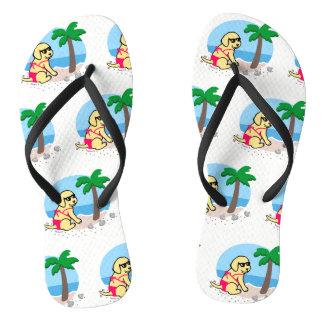 黄色いラブラドールの女の子の夏期休暇のビーチサンダル ビーチサンダル