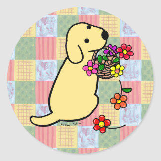 黄色いラブラドールの子犬の花のバスケットの漫画 ラウンドシール