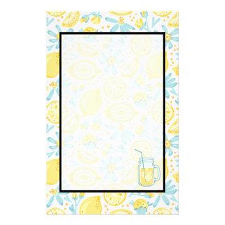 黄色いレモン及びパステル調の青い花及びレモネードの瓶 便箋