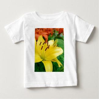 黄色いワスレグサ ベビーTシャツ
