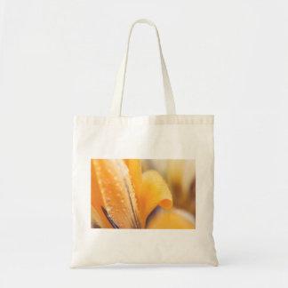 黄色い冬の花の雨滴 トートバッグ