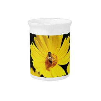 黄色い宇宙の花および蜂 ピッチャー