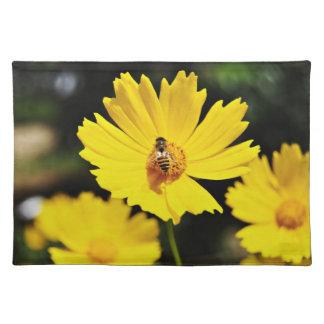 黄色い宇宙の花および蜂 ランチョンマット