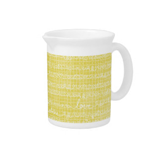 黄色い愛は水差しのクリームの台所茶を言い表わします ピッチャー