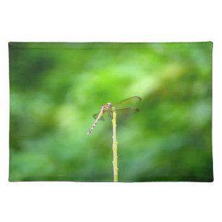黄色い棒の緑の背景の昆虫のトンボ ランチョンマット