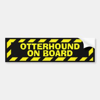 黄色い注意のステッカーの上のカワウソ猟犬 バンパーステッカー