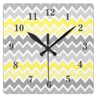 黄色い灰色の灰色のグラデーションなシェブロンのジグザグパターン スクエア壁時計
