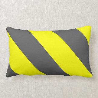 黄色い灰色の関心の警告は縞で飾ります ランバークッション